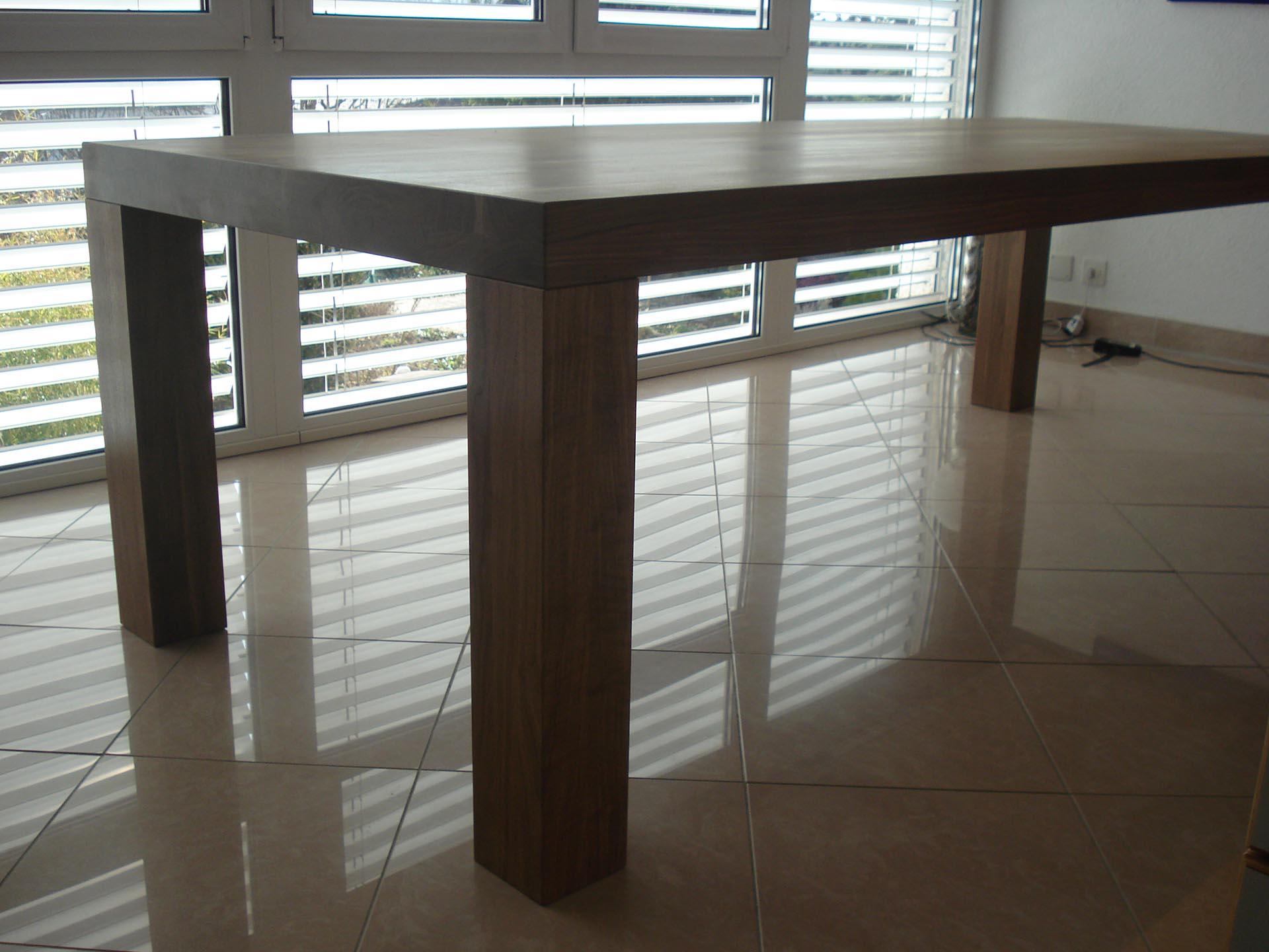 Tisch-in-Nussbaum